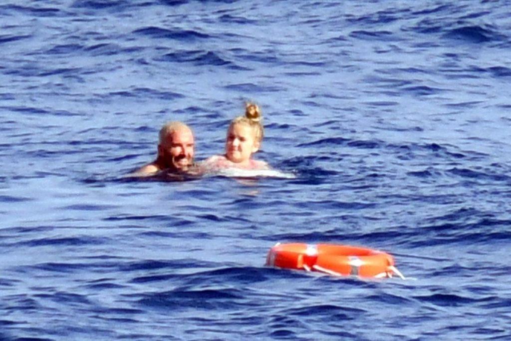 Para se refrescar no verão escaldante do verão europeu David aproveitou para dar um mergulho acompanhado por sua filha Harper.