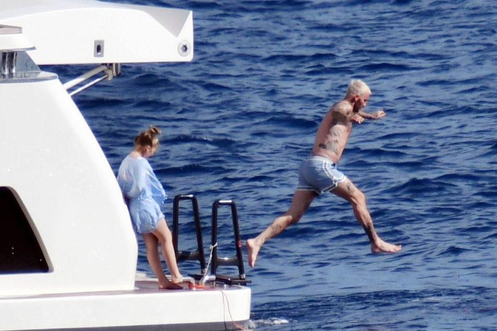 David Beckhan pula na água durante passeio de iate