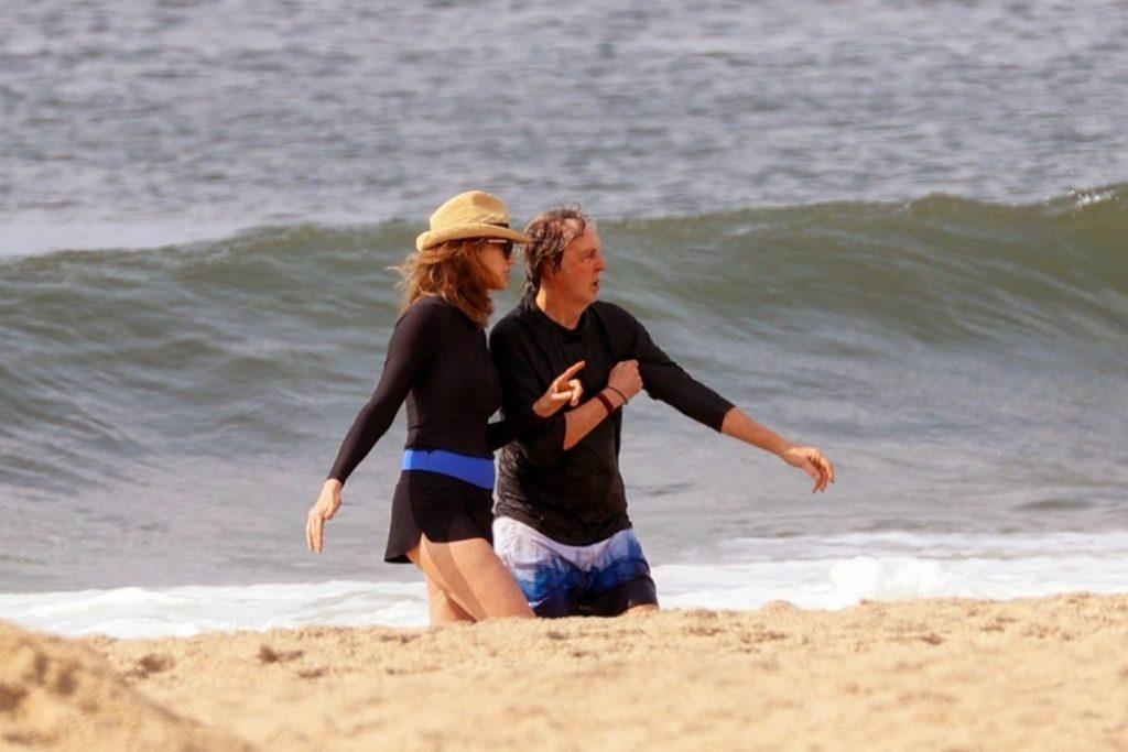Paul-McCartney-corre-na-praia-com-sua-mulher-Nancy-2-1