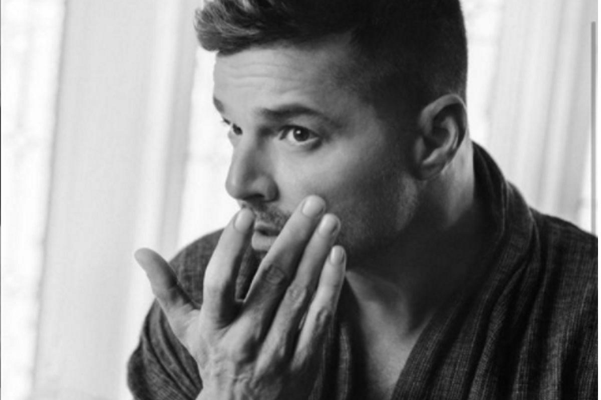 Ricky Martin com mao no rosto