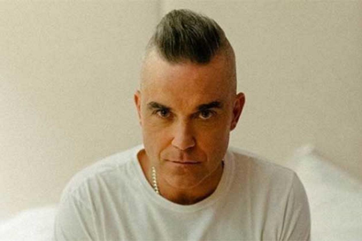 Robbie Williams de camiseta branca