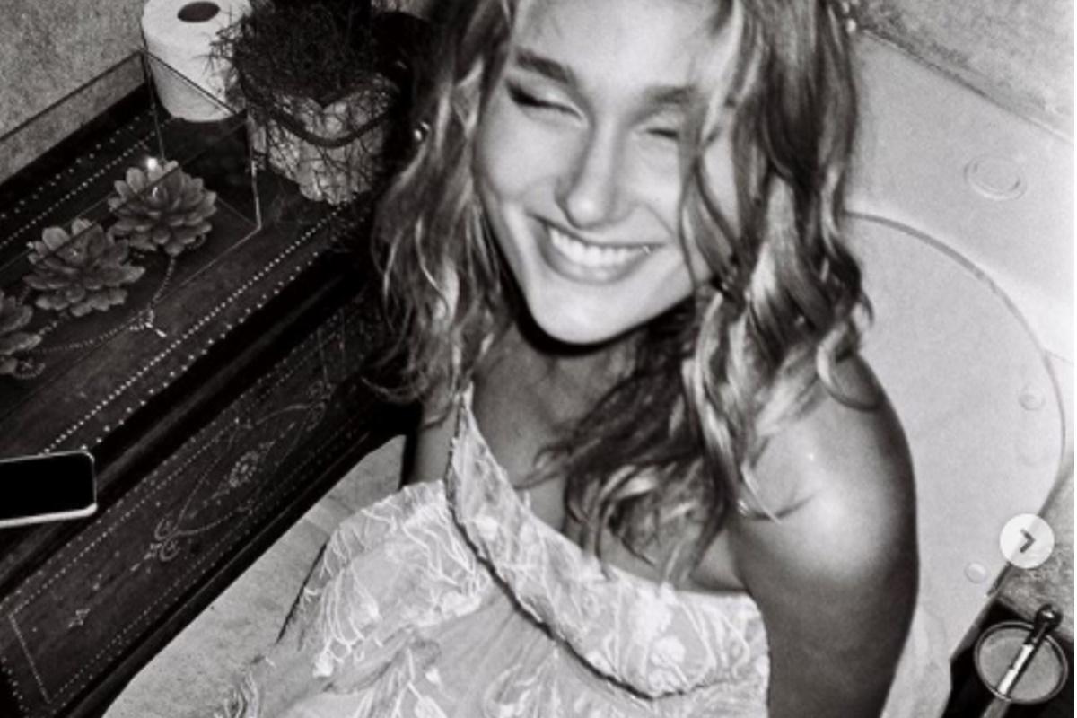 Sasha Meneghel sentada na privada