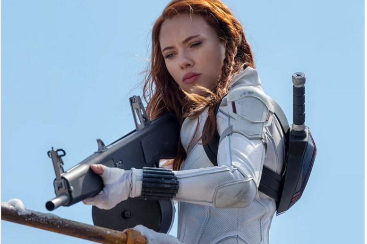 Scarlett Johansson com roupa de viuva negra