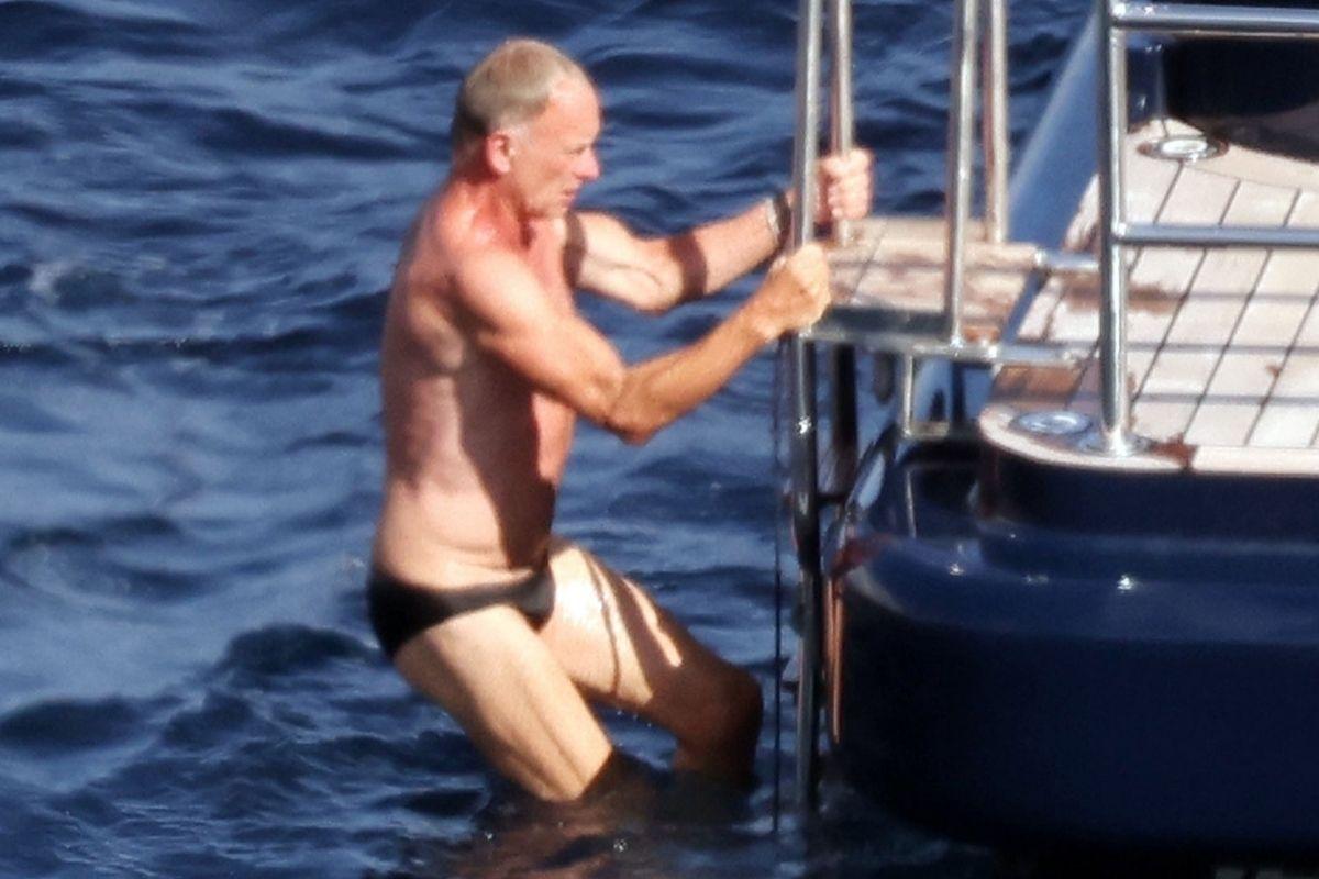 Sting é clicado de sunguinha durante passeio de iate pela Costa Amalfitana