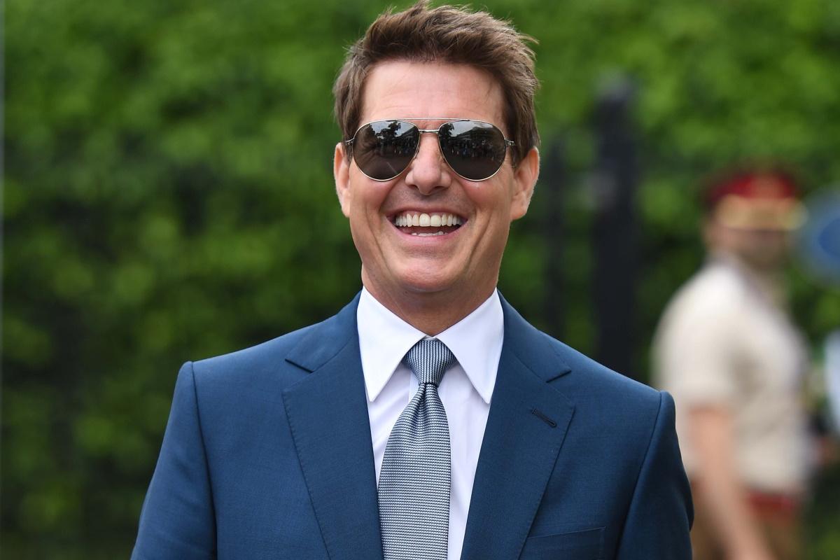 Tom Cruise de óculos e terno