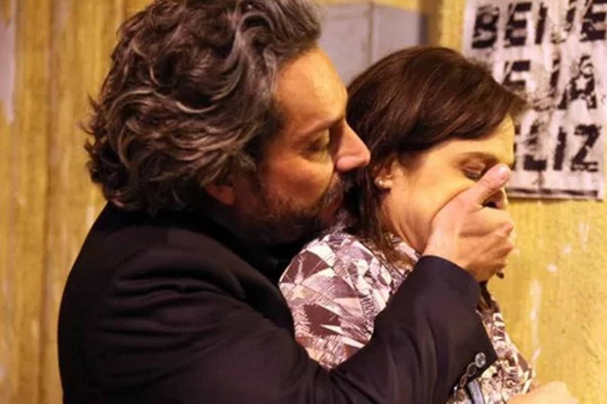 Zé Alfredo segura Cora por tras e tapa sua boca
