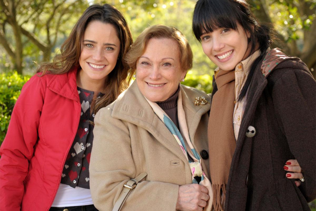 Iná abraça Ana e Manuela