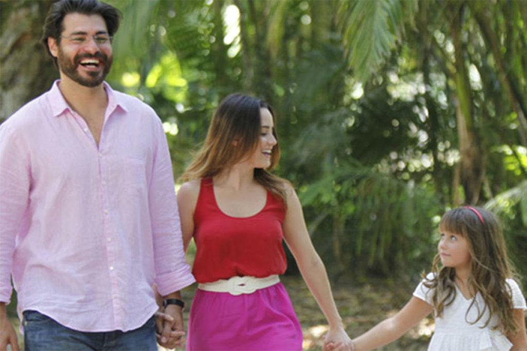 Lucio, Ana e Júlia caminham felizes