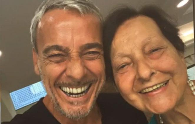 Alexandre Borges sorridente, ao lado da mãe, dona Rosa
