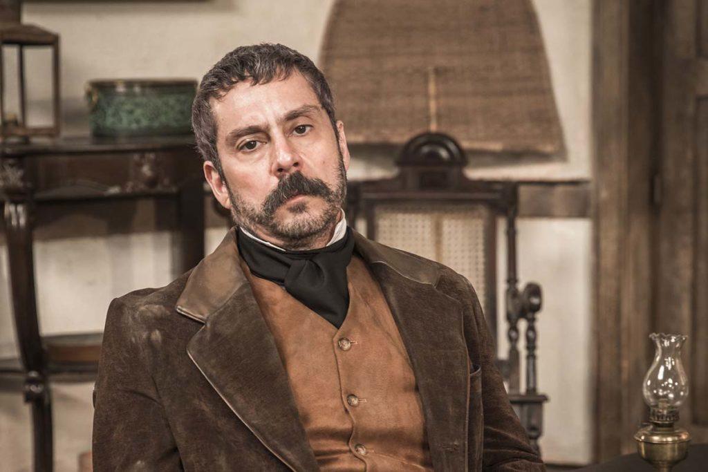 Alexandre Nero, como Tonico, em Nos Tempos do Imperador