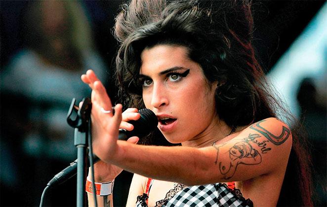Mãe de Amy Winehouse defende o pai da cantora de acusações