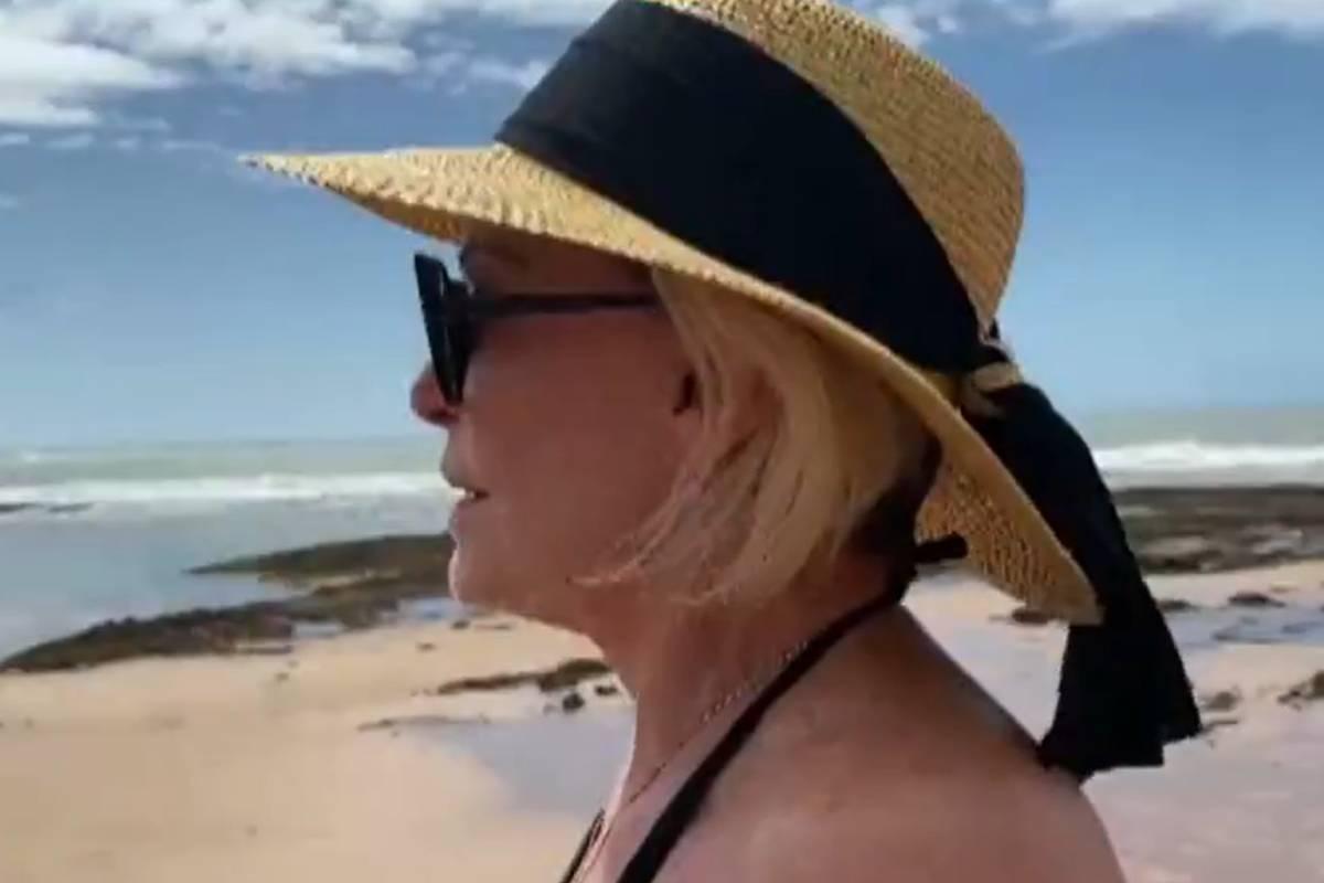 ana-maria-braga-na-praia-na-bahia
