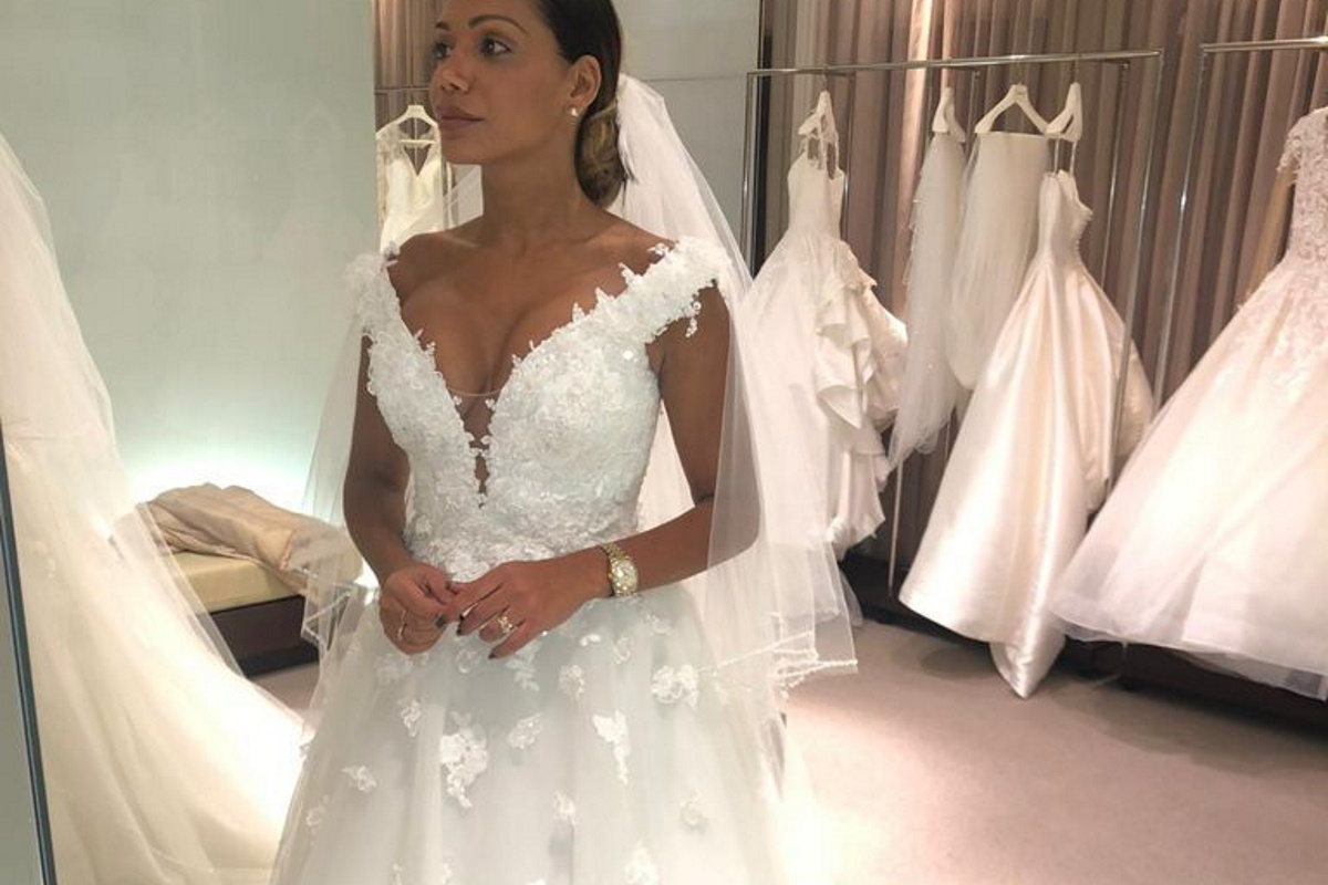Ana Paula Evangelista experimenta vestido de noiva