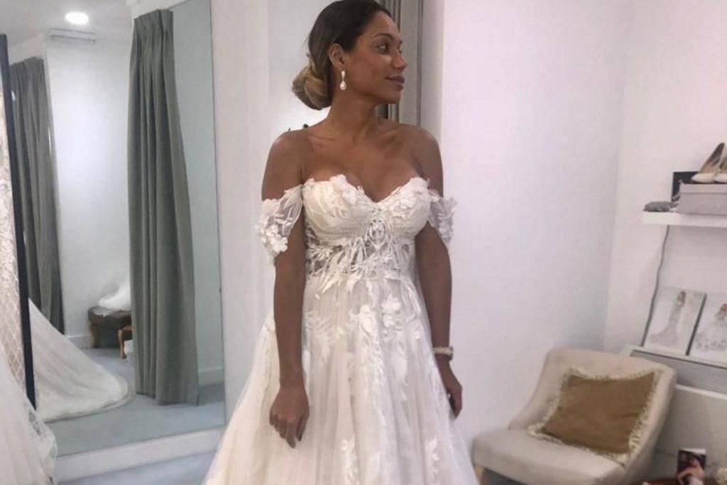 Ana Paula Evangelista experimentando vestido de noiva