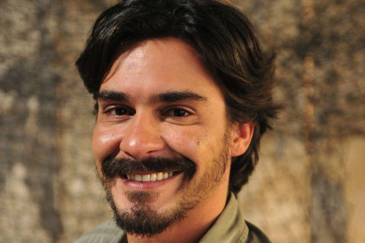André Gonçalves sorrindo em foto