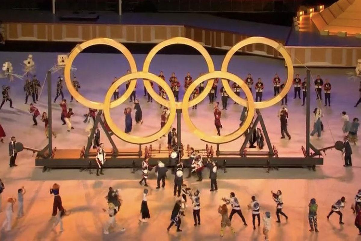 Foto dos anéis olímpicos na cerimônia de abertura das Olimpíadas de Tóquio