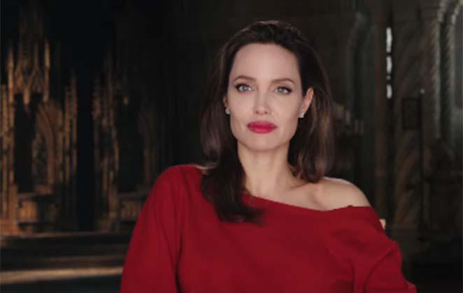 Angelina Jolie usando vestido vermelho