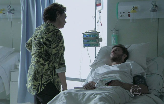 """Beatriz visita Leonardo no hospital em """"Império"""""""