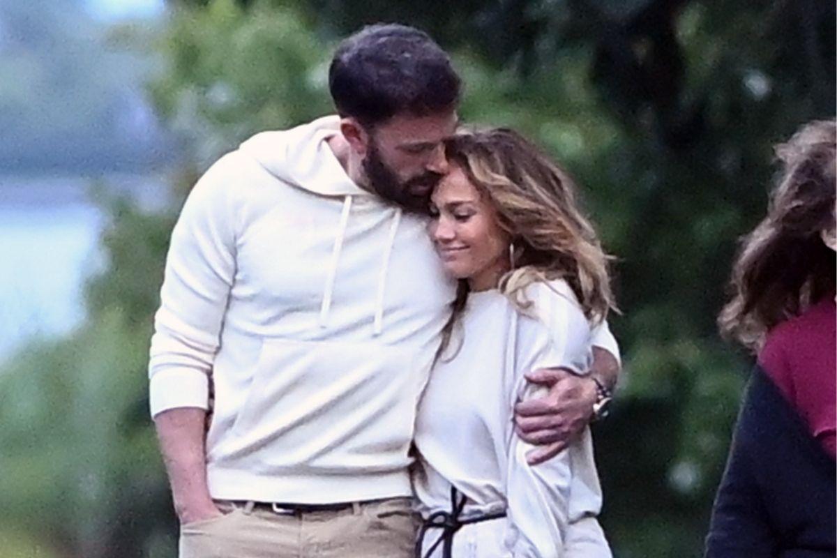 Foto de Ben Affleck abraçado com Jennifer Lopez durante passeio