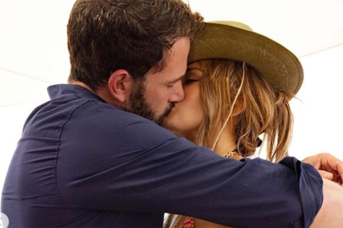 Ben Affleck troca beijão com Jennifer Lopez