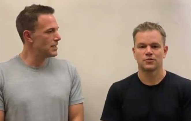 Ben Affleck e Matt Damon de camiseta, conversando