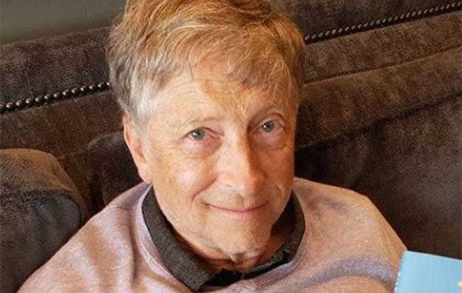 Bill Gates sem óculos, sentado no sofá