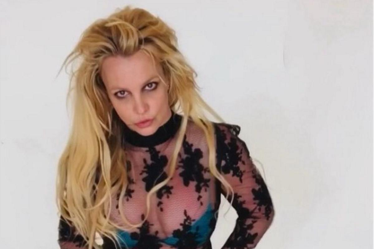Britney Spears cabelo solto e com roupa transparente