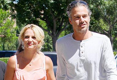 Britney Spears e o ex-marido, Jason Alexander, caminhando em dia ensolarado