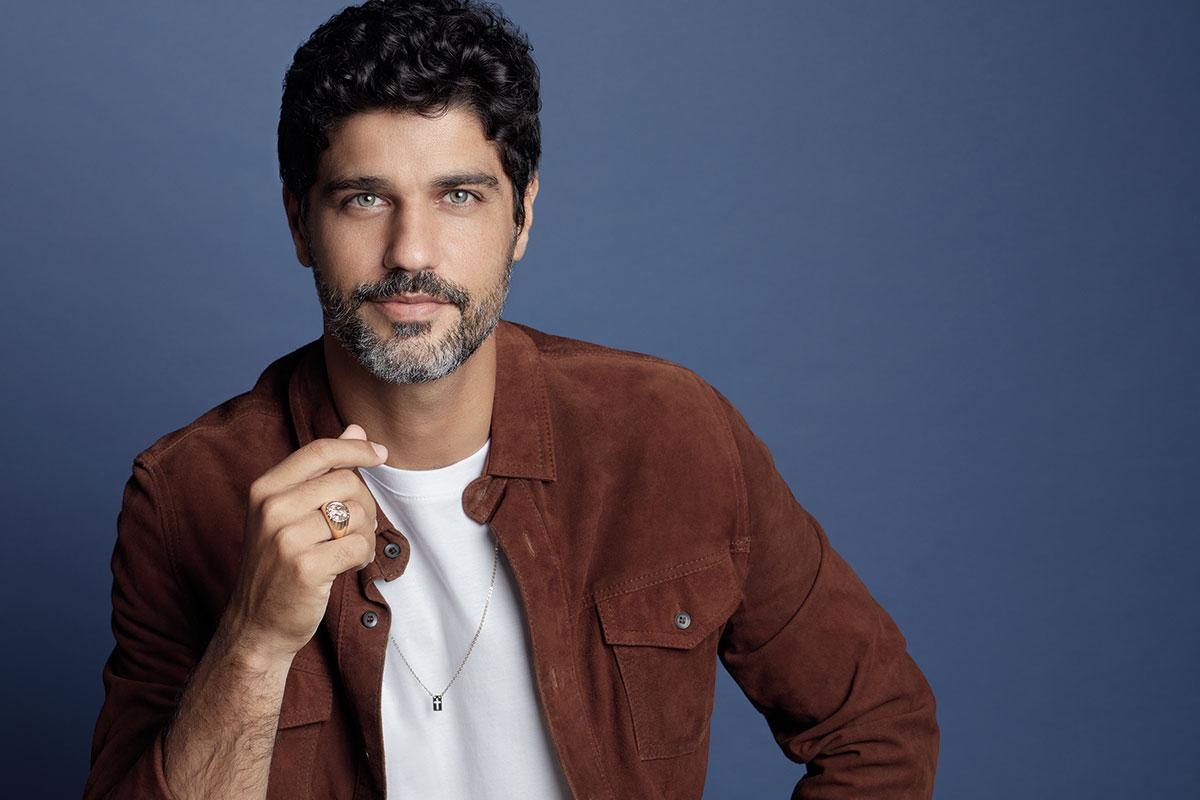 Bruno Cabrerizo posa de jaqueta marrom, mostrando anel