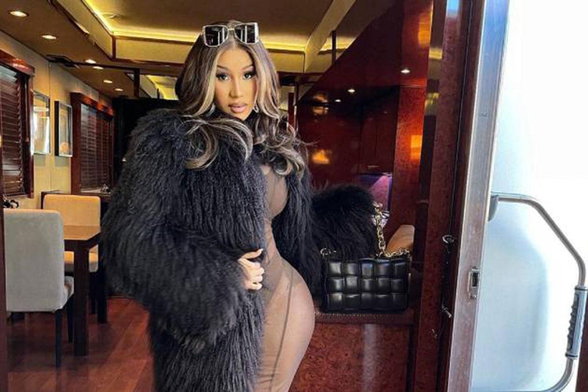 Cardi B de roupa transparente e casaco de pele