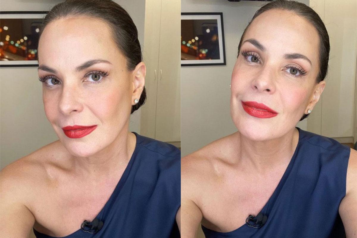 Carolina Ferraz usa vestido azul e batom vermelho