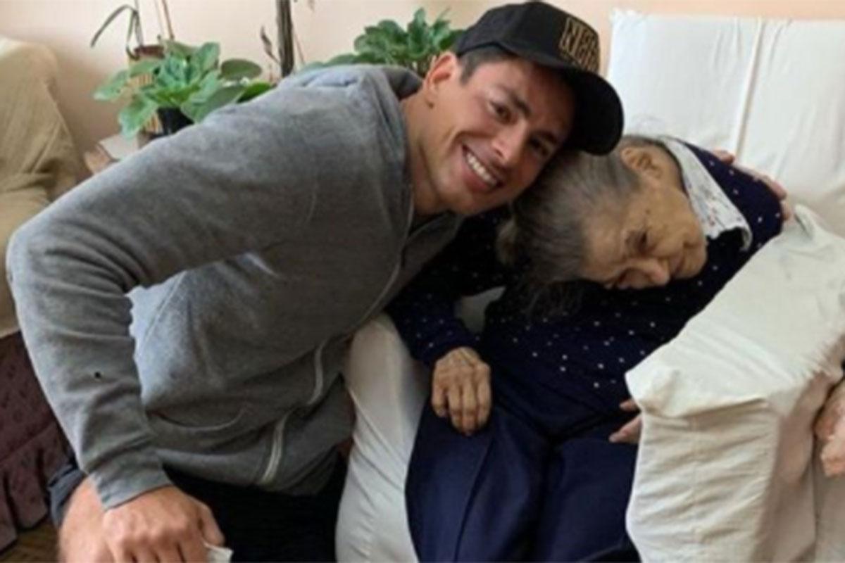 Cauã Reymond abraça com carinho sua avó de cem anos