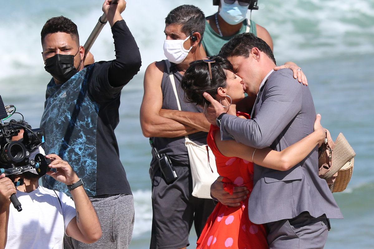 Imagem de Cauã Reymond e Andréia Horta se beijando durante gravação de novela