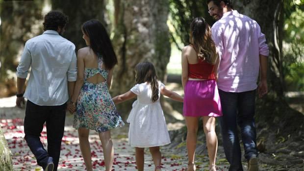 """Rodrigo, Manuela, Júlia, Ana e Lúcio de mãos dadas em """"A Vida da Gente"""""""
