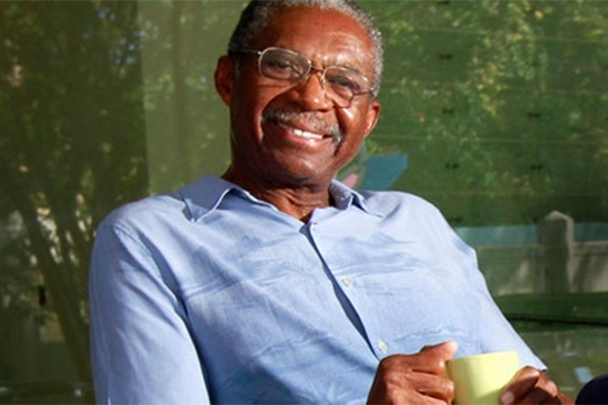Charlie Robinson sorrindo na imagem