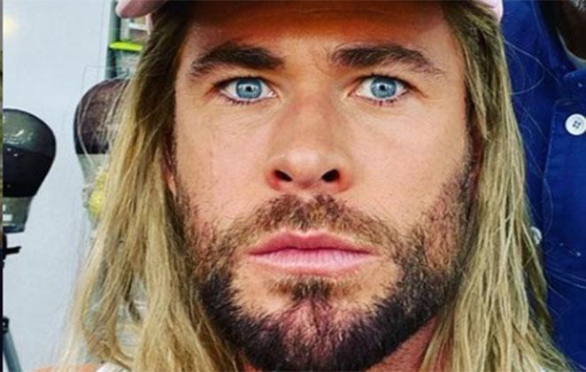 Chris Hemsworth olhando assustado para a câmera