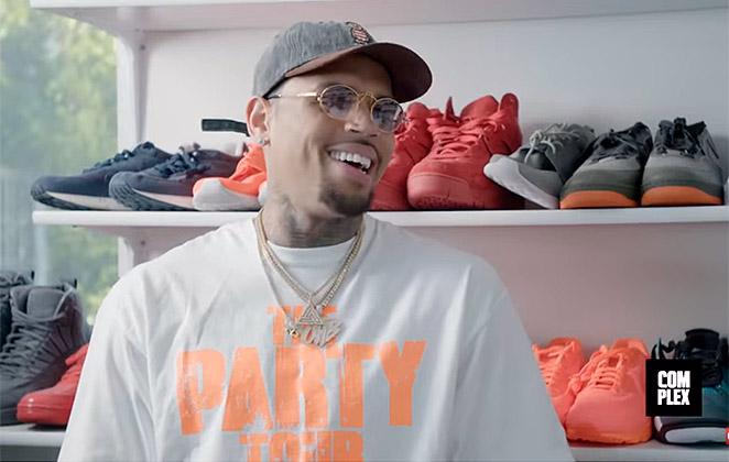 Chris Brown sorrindo