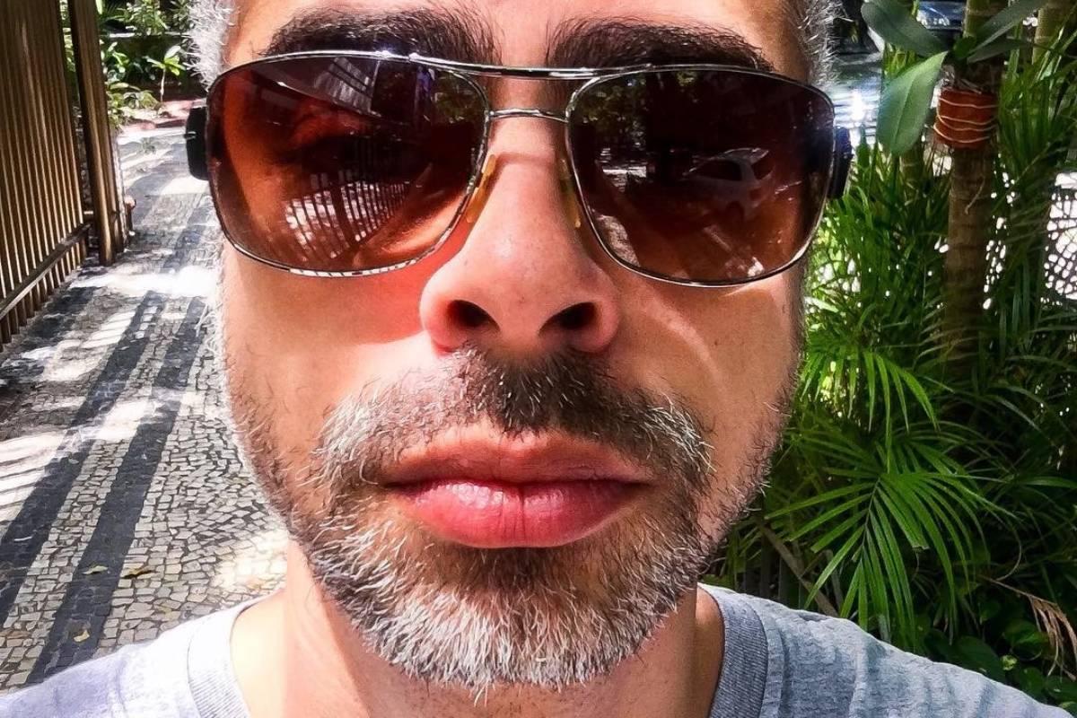 cícero chaves posando sério e com óculos escuros de lente cor marrom