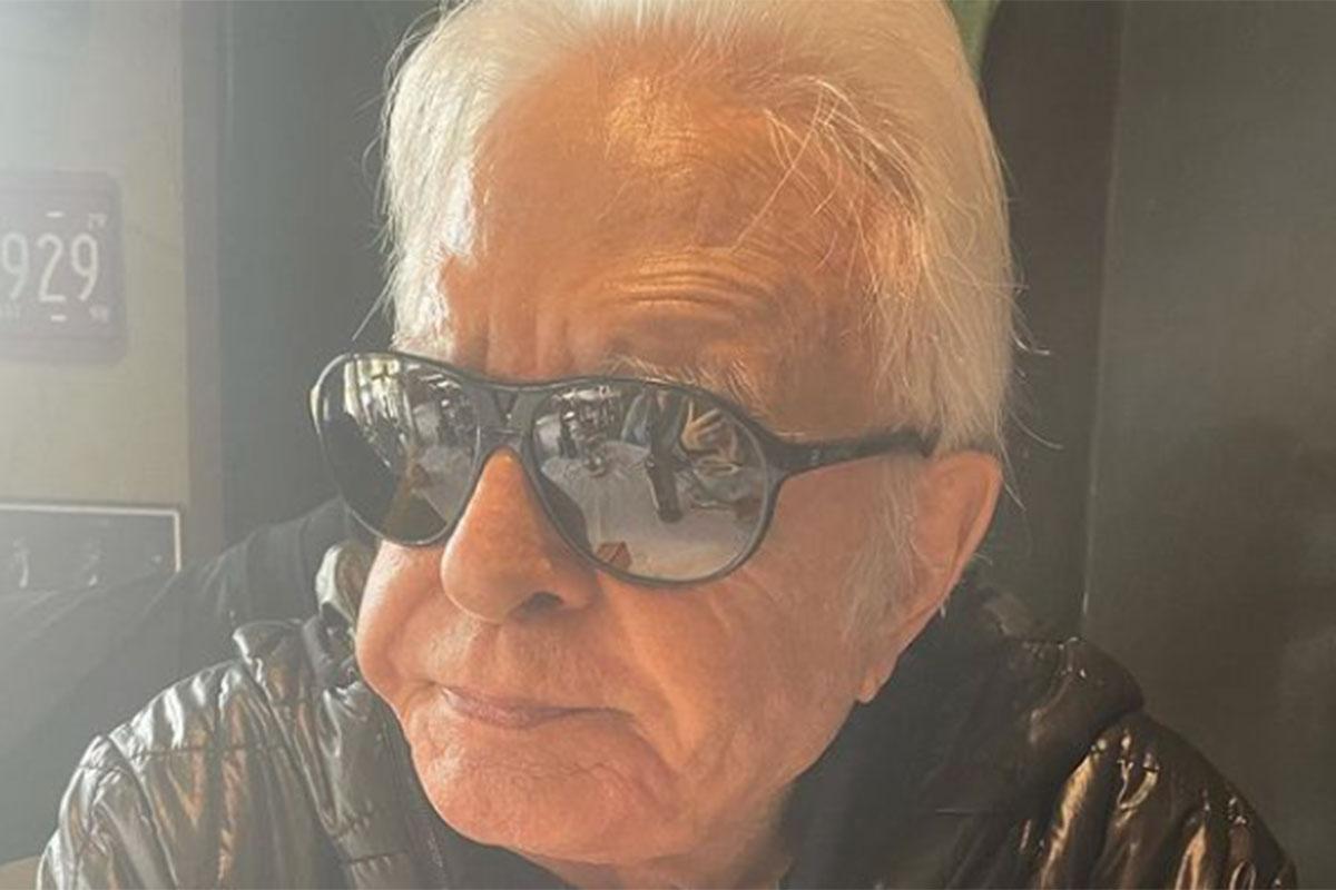 Cid Moreira sério, usando óculos de sol
