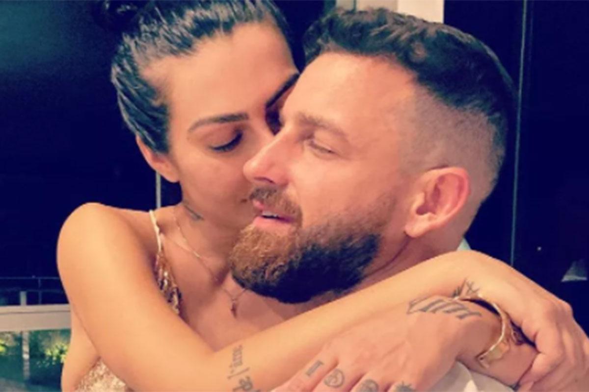 Cleo beija o namorado Leandro
