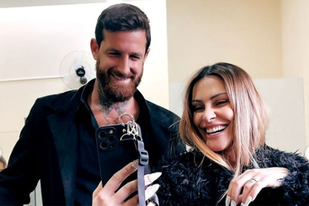Cleo sorridente ao lado do marido, Leandro D'Lucca
