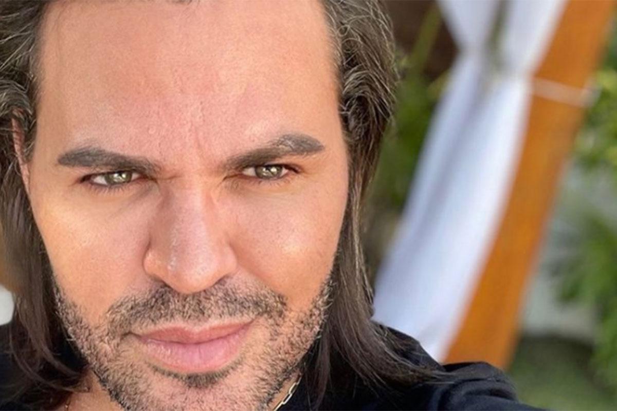 Close de Eduardo Costa, com cabelos soltos e olhando para a câmera