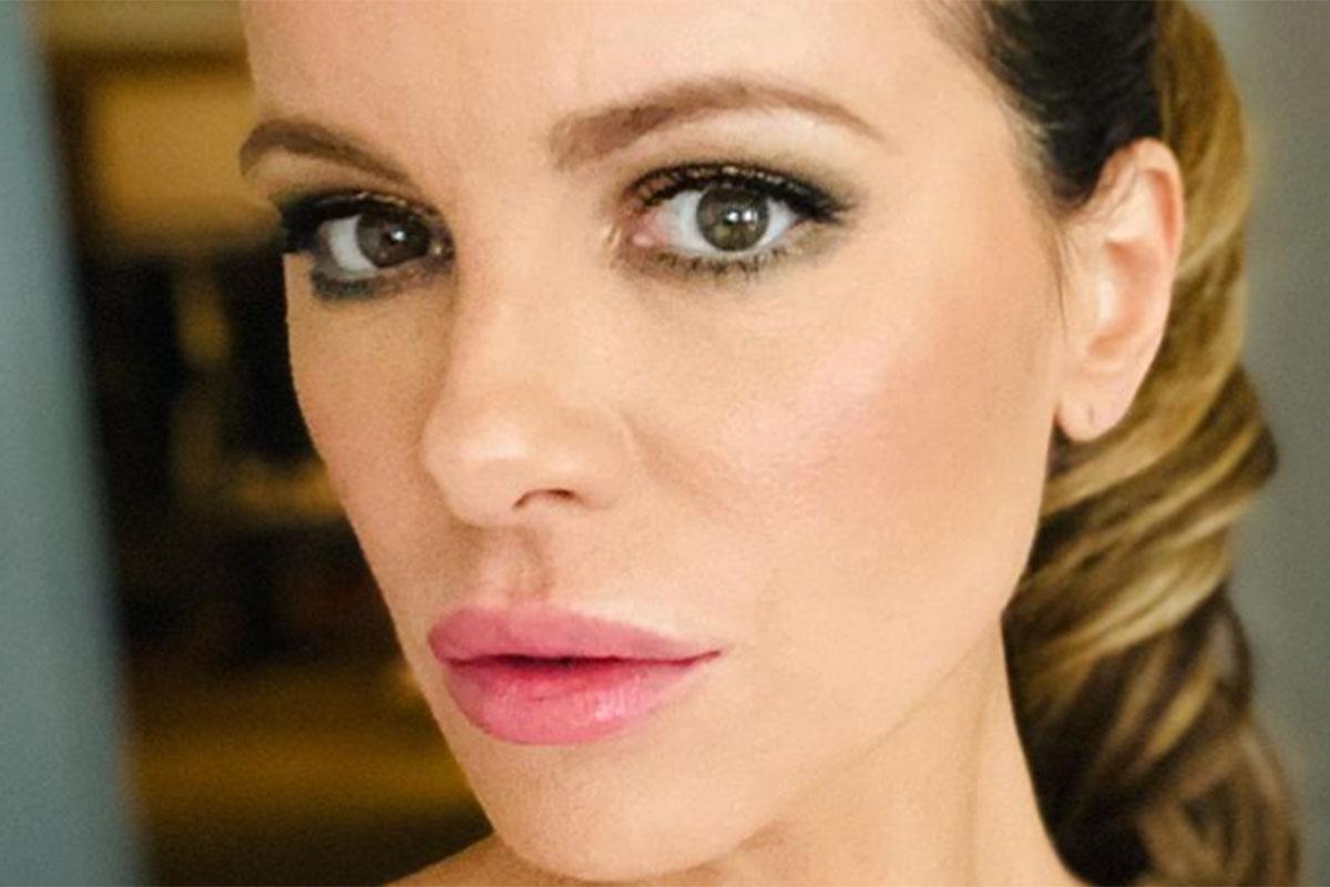 Close de Kate Beckinsale com maquiagem leve