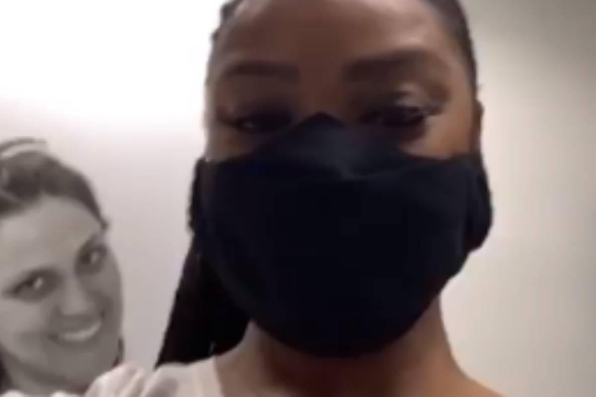 cris vianna de máscara preta sendo vacinada