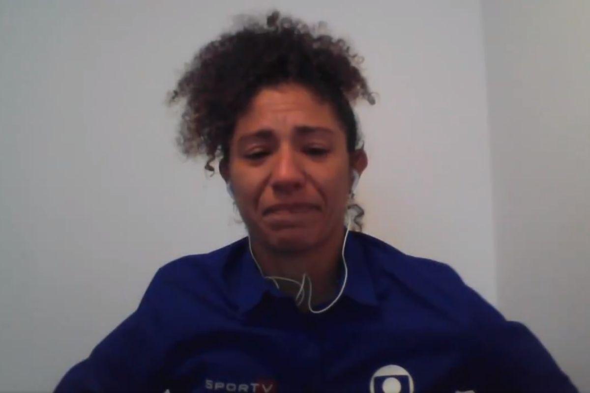 Foto de Cristiane Rozeira chorando em transmissão ao vivo
