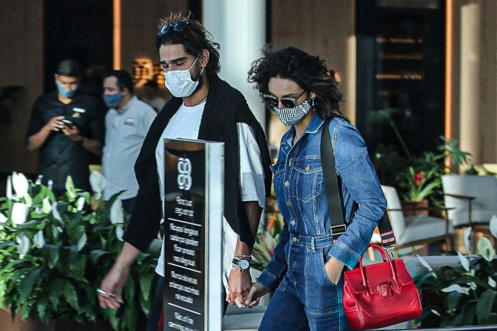 Débora Nascimento e o namorado andaram de mãos dadas em shopping carioca