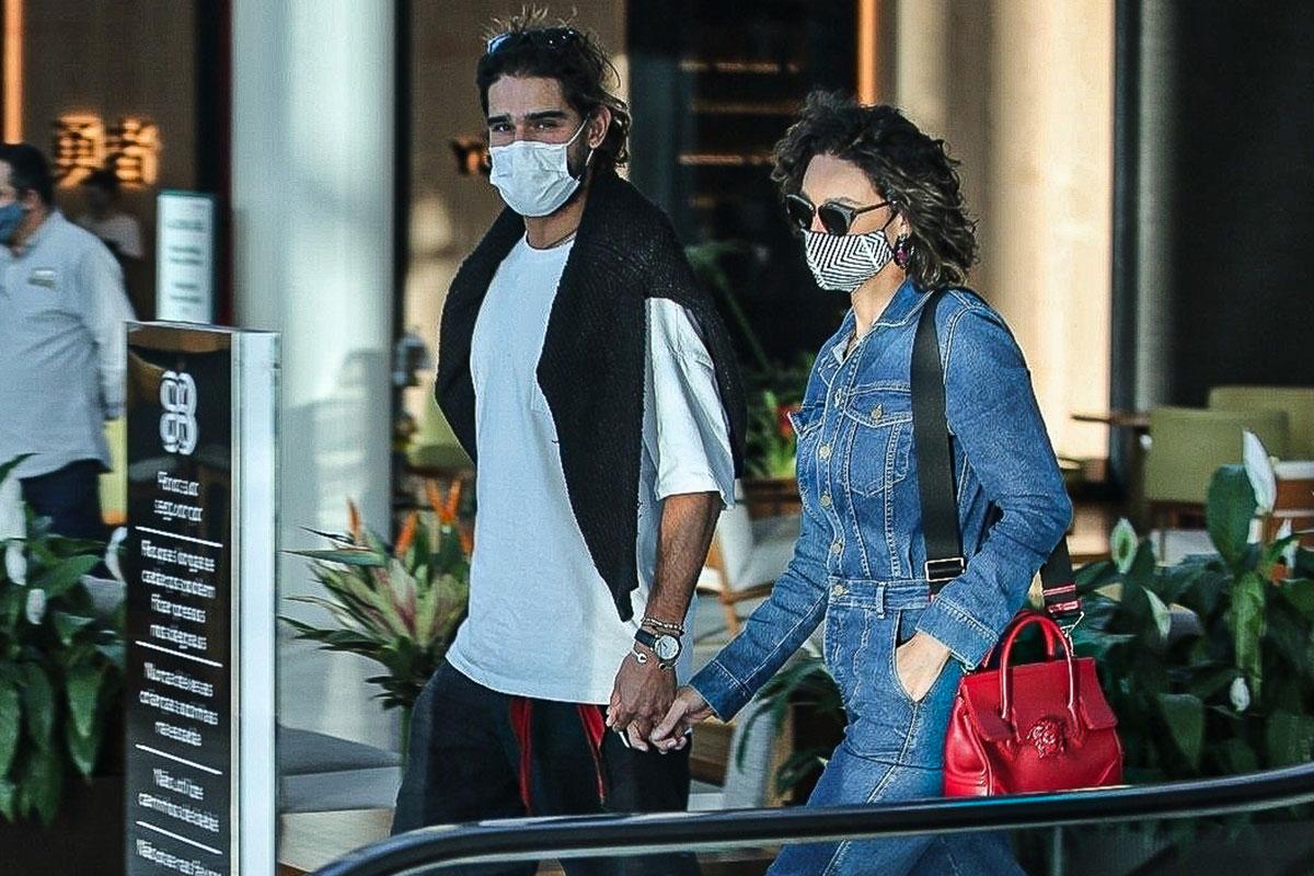 Débora Nascimento no shopping com o namorado Marlon Teixeira