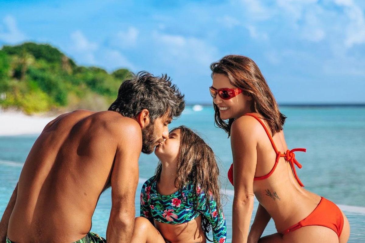 Deborah Secco curte viagem com o marido Hugo Moura e a filha Maria Flor