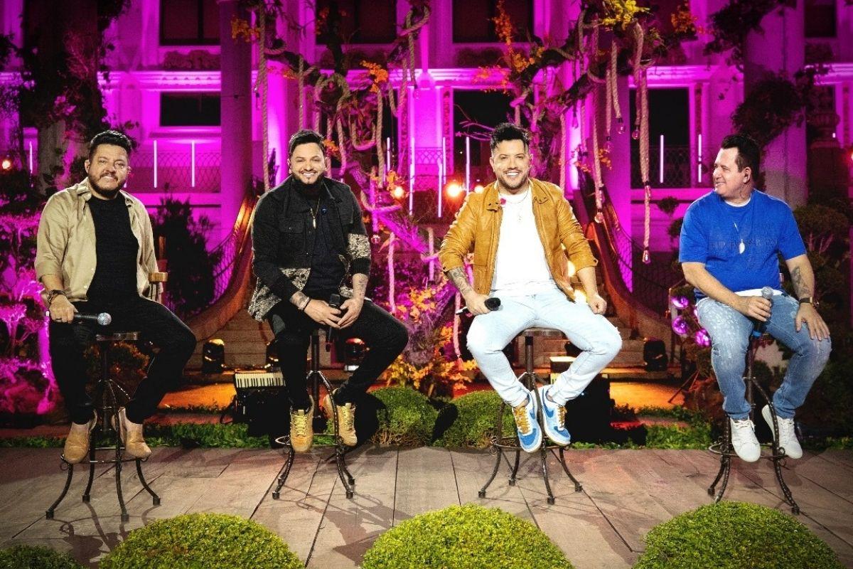 Diego e Victor Hugo cantando com Bruno e Marrone