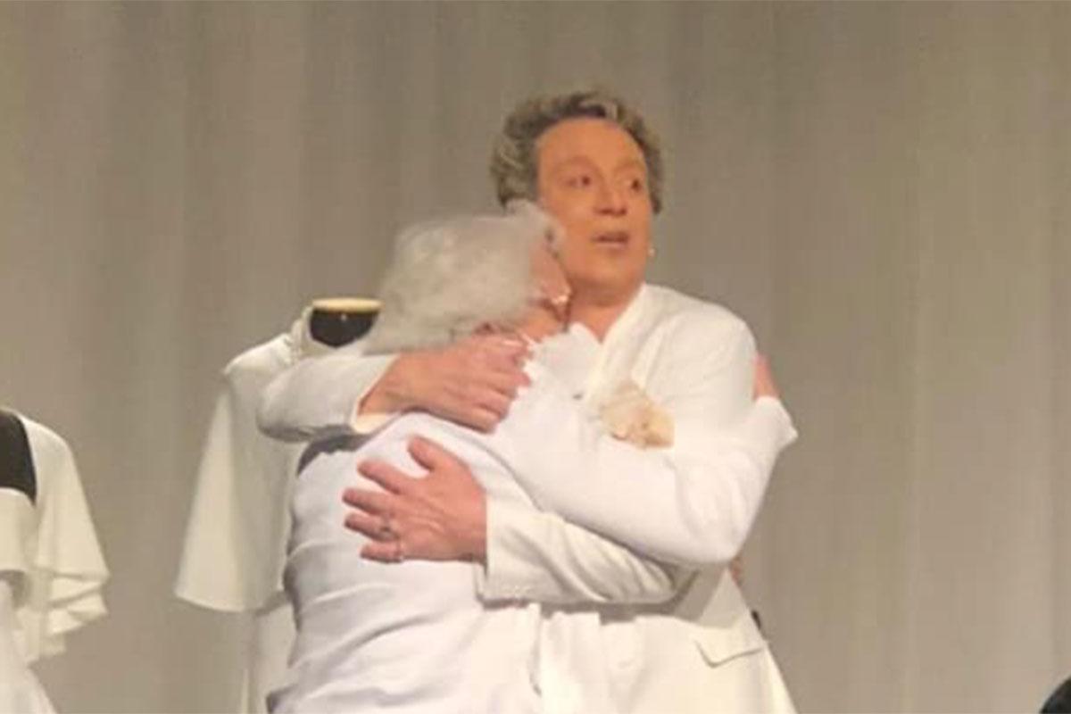 Eduardo Martini abraça a mãe, Dona Norma, que fez surpresa e esteve na plateia do espetáculo 'Simplesmente Clô', em São Paulo